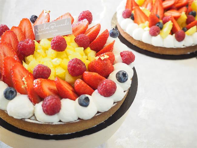 Une tarte aux fraises, aux framboises, à l'ananas et à la bonne humeur