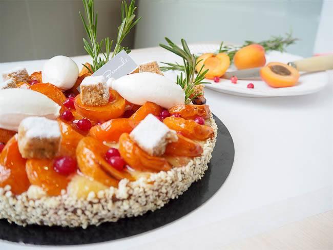 Tarte voyageuse aux abricots de l'Ardèche, groseilles et romarin