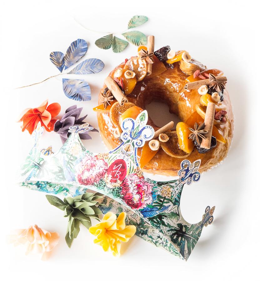 Brioche de l'épiphanie aux fruits confits, surmontée de sa couronne décorée à la main