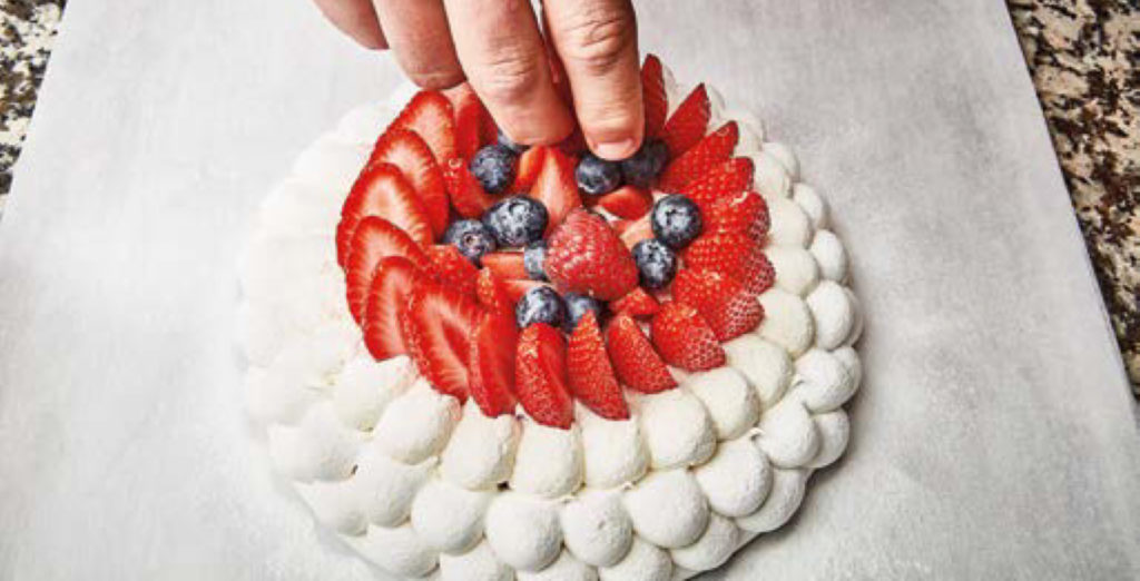 Montage final de la pavlova aux fruits rouges