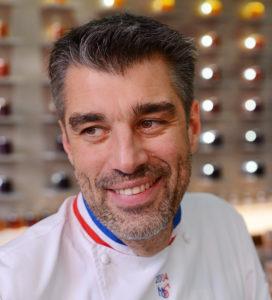 Nicolas Bernardé souriant accueille les participants au cours de pâtisserie