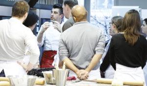 Nicolas Bernardé montre à ses élèves comment travailler se déroule une cuisson