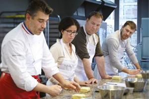 Nicolas Bernardé montre à ses élèves comment travailler le beurre