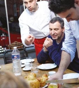 Nicolas Bernardé fait déguster à ses invités les recettes qu'ils ont réalisés