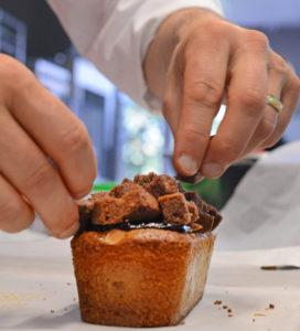 Fabrication de cake pendant un cours de pâtisserie