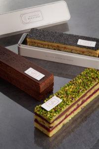 Cakes de poches dans leur boite métal sur un fond foncé