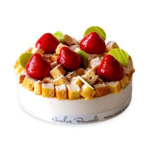 Fraisier surmonté de biscuit croquant et de fraises fraiches