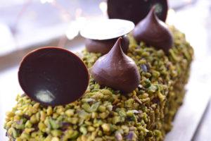 Sous une robe de pistaches concassées vertes, se cache un cake très moelleux