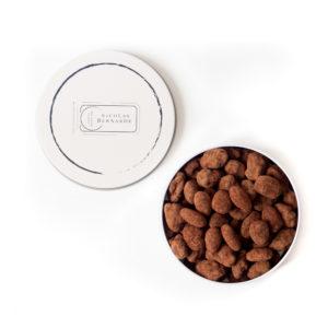 Amandes caramélisees chocolatées dans leur boite ronde en métal
