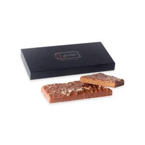 Tablettes fourré praliné au chocolats noir ou au lait devant sa boite en carton
