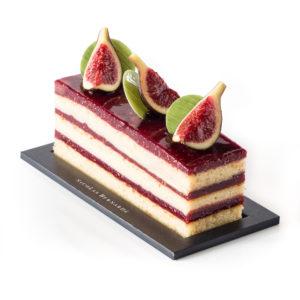 cake figue framboise à étages, surmonté de figues fraiches, sur un fond blanc