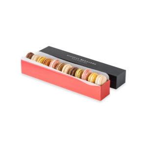 Assortiment de 12 macarons, dans une boite rectiligne rouge en carton et son couvercle noir