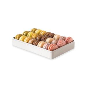 Assortiment de 24 macarons, dans une boite en métal