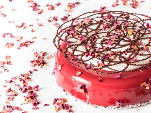 Entremets et cake de la Saint valentin, sur un lit de pétales de roses