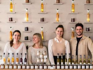 équipe des conseillers de ventes de la boutique Nicolas Bernardé devant le mur des confitures