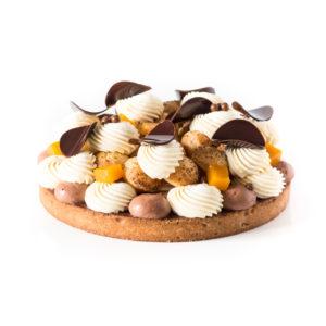 Tarte profiterole chocolat et fruits de la passion sur un fond blanc