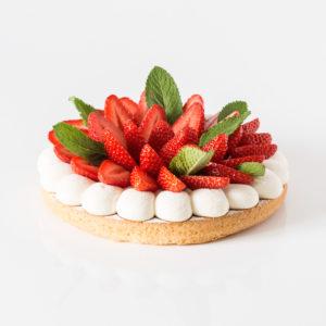 Sablé breton surmonté d'une ribambelle de fraises fraiches entouré de crème vanille