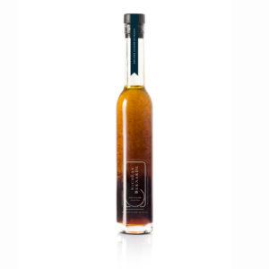 Bouteille d'Huile d'olive marinade sur fond blanc