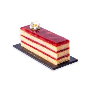 cake fraise citron à étages, détouré sur un fond blanc
