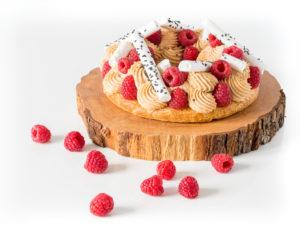 couronne pâte à choux couverte de framboise et sésame