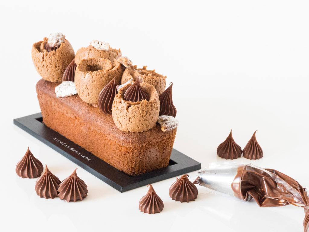 Cake chocolat surmonté de praliné Tout Croustillant et de pointes de ganaches au chocolat noir
