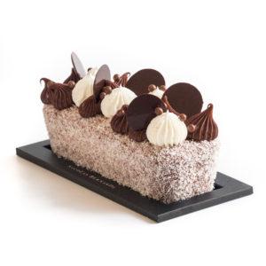 Cake bounty, chocolat et noix de coco sur fond blanc