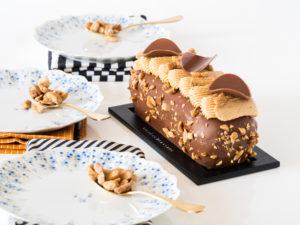 Cake chocolat et cacahuète sur fond blanc