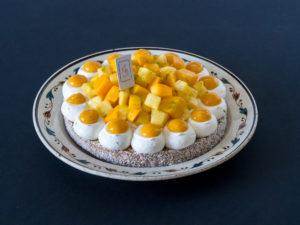 Tarte ananas mangue passion sur une assiette ancienne